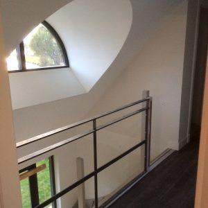 Stucwerk binnen trapgat met traphekje