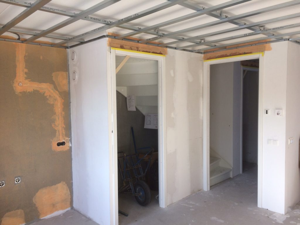 Verlaagd plafond houten kozijnen en stukwerk